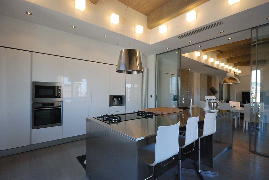LIGHT, MATERIALS, SPACE AND AN EXTRAORDINARY KITCHEN